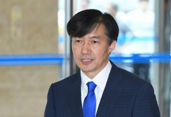▲조국 법무부 장관 후보자가 9일 인사청문회 준비 사무실이 마련된 서울 종로구 적선현대빌딩 로비에서 소감을 밝히고 있다. 신태현 기자 holjjak@ (이투데이DB)