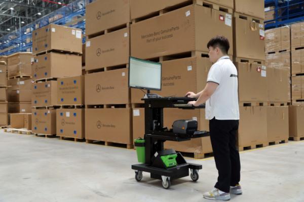▲이동식 데스크 위에 컴퓨터와 모니터, 프린터를 설정해 놓은 모습. 이동 사무실 개념이다. (사진제공=MBK)