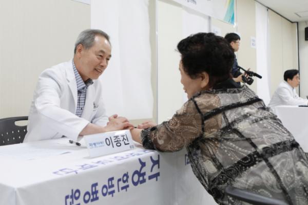 ▲진료소를 찾은 독거노인의 건강 상담을 진행하는 자생의료재단 의료진.(자생한방병원)