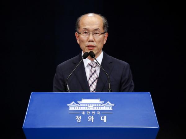 """▲김유근 국가안보실 1차장이 22일 오후 춘추관 대브리핑룸에서 """"정부는 한일 간 '군사비밀정보의 보호에 관한 협정'(GSOMIA)을 종료하기로 결정했으며 협정의 근거에 따라 연장 통보시한 내에 외교 경로를 통하여 일본 정부에 이를 통보할 예정""""이라고 밝히고 있다.(연합뉴스)"""