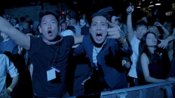 ▲김경태(오른쪽) 씨가 그와 그의 팀이 기획한 파티를 즐기고 있다. (사진제공=김경태 씨)