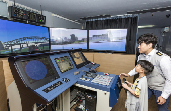 ▲23일 부산시 진구 다문화가족지원센터의 어린이들이 현대해양서비스 트레이닝 센터를 방문해 선박 조종 시뮬레이션을 체험하고 있다. (자료제공=현대상선)