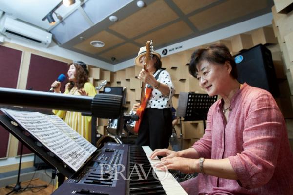 ▲매주 토요일 모여서 합주 연습을 한다는 루비밴드. 부산에 사는 류은순 씨가 합류하는 날은 더 집중해서 연습한다.(사진 오병돈 프리랜서 obdlife@gmail.com)