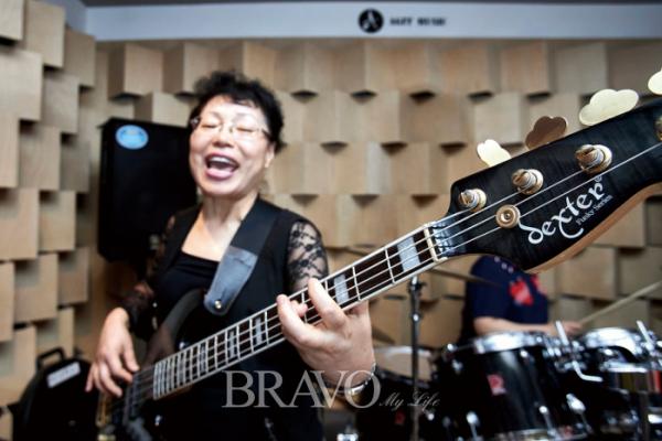 ▲베이시스트 박순희 씨는 보컬에서 베이스 기타로 자리를 바꾸면서 루비밴드에 활력을 불어넣었다. (사진 오병돈 프리랜서 obdlife@gmail.com)