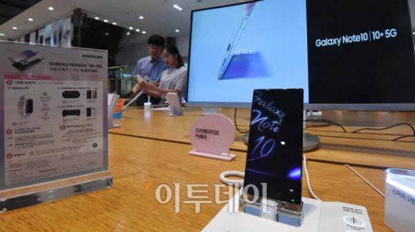 ▲삼성전자의 하반기 전략 스마트폰 '갤럭시노트10'이 공개된 8일 서울 삼성전자 서초사옥 삼성 딜라이트 샵에 갤럭시노트10이 전시돼 있다.( 신태현 기자 holjjak@)