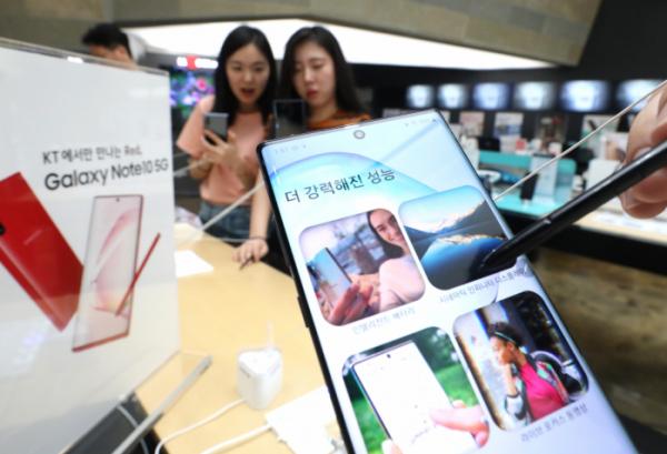▲삼성전자가 '갤럭시노트10'을 공개한 8일 서울 세종대로 KT스퀘어에 마련된 갤럭시노트10 체험존에서 시민들이 제품을 사용해보고 있다. (연합뉴스)