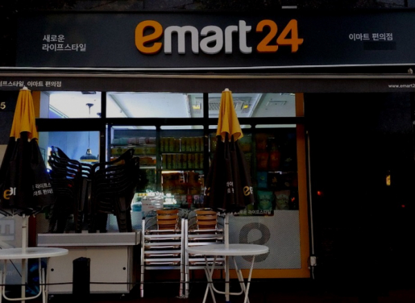 ▲편의점 업계에서 24시간 영업이 의무가 아닌 '이마트24' 한 매장에 불이 꺼져 있다. (이마트24)