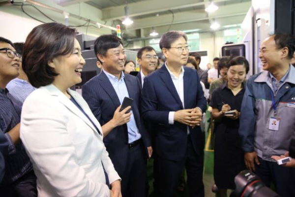 ▲30일 박영선 장관이 ㈜에스비비테크와의 상생형 스마트공장지원 업무협약식에서 미소 짓고 있다.(사진제공=중기부)