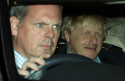 ▲보리스 존슨(오른쪽) 영국 총리가 4일(현지시간) 하원을 나서는 승용차에 탄 가운데 쓴웃음을 짓고 있다. 하원은 이날 노 딜 브렉시트를 방지하는 법안을 통과시킨 것은 물론 존슨 총리의 조기 총선 시도도 차단했다. 런던/로이터연합뉴스
