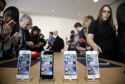 ▲미국 캘리포니아주 쿠퍼티노의 애플 본사에서 2016년 3월 21일(현지시간) 개최된 행사에 저가형 모델인 '아이폰SE'가 전시돼 있다. 애플은 내년 봄 아이폰SE 후계 기종을 출시할 것으로 예상된다. 쿠퍼티노/AP뉴시스