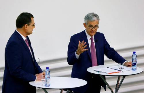 ▲제롬 파월(오른쪽) 미국 연준 의장이 6일(현지시간) 스위스 취리히에서 열린 패널 토론에 토머스 조던 스위스 중앙은행 총재와 함께 참석하고 있다. 취리히/로이터연합뉴스