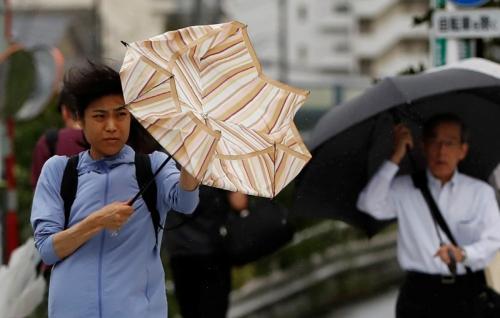 ▲일본에 15호 태풍 파사이가 상륙한 가운데 9일(현지시간) 도쿄에서 사람들이 비바람을 뚫고 출근길에 나서고 있다. 도쿄/로이터연합뉴스
