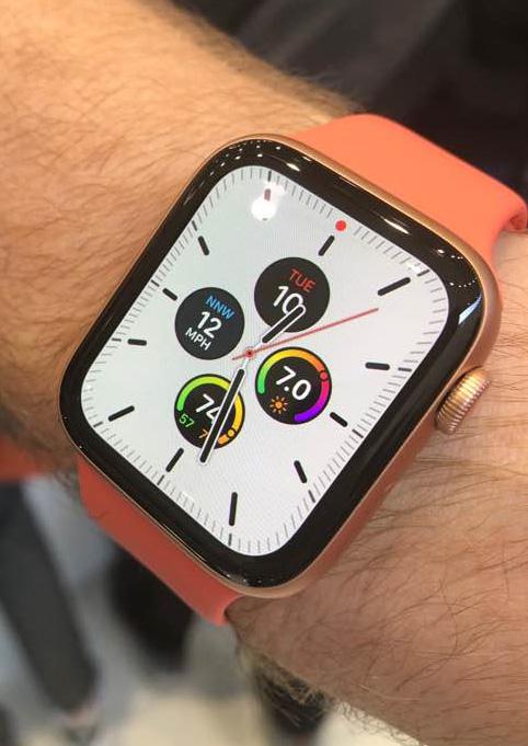 ▲10일(현지시간) 미국 캘리포니아 쿠퍼티노 애플 본사의 스티브 잡스 시어터에서 열린 아이폰 신제품 체험 행사장에서 공개된 애플워치 시리즈5의 모습. 연합뉴스