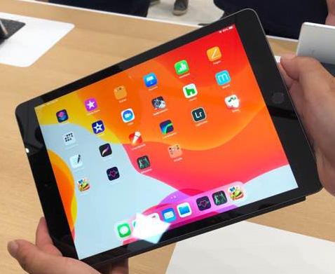 ▲10일(현지시간) 미국 캘리포니아 쿠퍼티노 애플 본사의 스티브 잡스 시어터에서 열린 아이폰 신제품 체험 행사장에서 공개된 아이패드 7세대의 모습. 연합뉴스