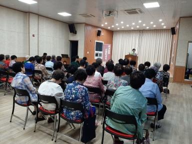 ▲LH 주거급여 전담직원이 전남 순천시 소재 주민센터를 직접 찾아 주거급여제도를 설명하고 있다.(사진 제공=LH)