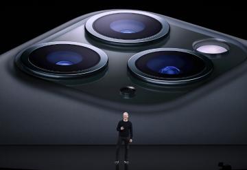 ▲후면에 카메라 3개가 탑재된 아이폰11프로. 블룸버그