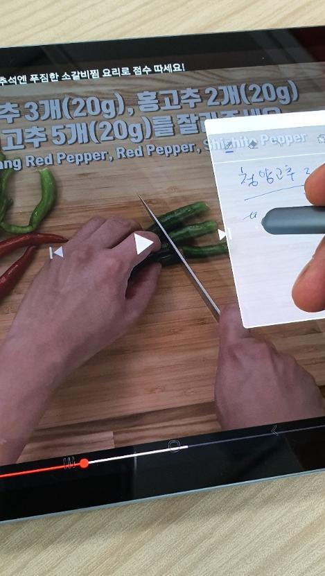 ▲동영상을 보면서 삼성노트를 투명모드로 바꿔놓고 필기하는 모습. (송영록 기자 syr@)