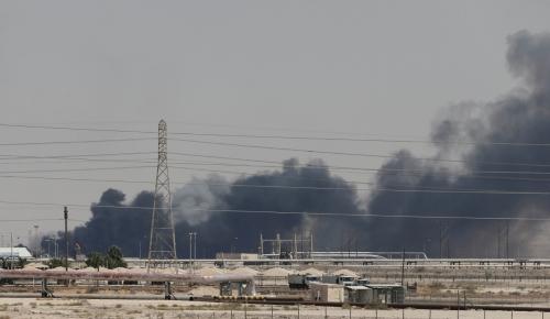 ▲사우디아라비아의 아브카이크 석유시설이 14일(현지시간) 공격을 받아 검은 연기가 피어오르고 있다. 아브카이크/로이터연합뉴스