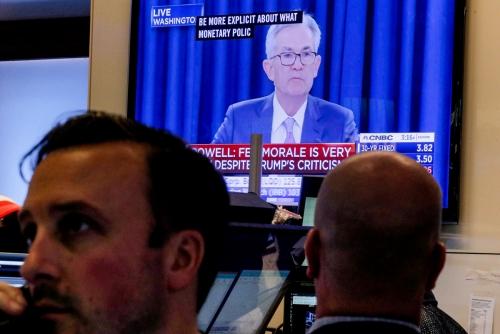 ▲뉴욕증권거래소(NYSE) 스크린에 18일(현지시간) 연방공개시장위원회(FOMC)를 마친 제롬 파월 미국 연방준비제도(Fed·연준) 의장의 기자회견 장면이 나오고 있다. 뉴욕/로이터연합뉴스