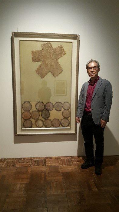 ▲이용덕 씨가 도슨트로 활동한 '근대미술가의 재발견 - 절필시대' 전시의 이규상 화백의 작품 앞에서(이용덕 씨 제공)