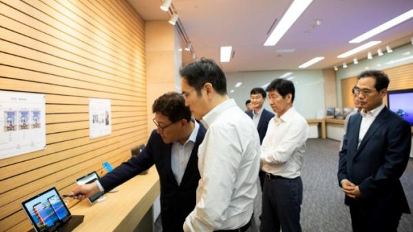 ▲이재용 삼성전자 부회장(사진 가운데)이 지난달 26일 충남 아산에 위치한 삼성디스플레이 사업장에서 제품을 살펴보고 있다. 사진제공 삼성전자