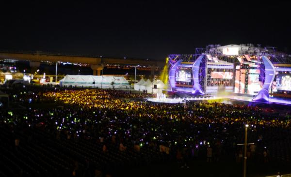 ▲8월 31일 저녁 인천공항 문화공원에서 열린 '2019 인천공항 스카이 페스티벌'에서 관람객들이 K-POP 콘서트를 즐기고 있다. (인천국제공항공사)