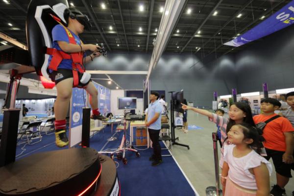 ▲8월 31일 인천공항 문화공원에서 열린 '2019 인천공항 스카이 페스티벌' 에서 축제에 참가한 어린이들이 'SKY EXPO' 전시관에 마련된 VR 시뮬레이터 장비를 체험하고 있다. (인천국제공항공사)