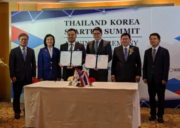 ▲류준우 보맵 대표와 처브 태국법인 COO가 태국 사업협력을 위한 업무협약을 맺고 기념사진을 촬영하고 있다. (출처=보맵)