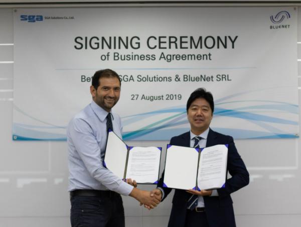 ▲통합보안전문기업 SGA솔루션즈는 이탈리아 ICT 전문 기업 블루넷(Bluenet Srl)과 협력 계약을 체결했다고 4일 밝혔다. 최영철(사진 오른쪽) SGA솔루션즈 대표가 니콜라 페델(Nicola Fedele) 블루넷 최고기술이사(CTO)와 협약식 이후 기념촬영을 하고 있다.(SGA솔루션즈 제공)