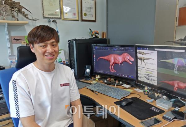 ▲3일 이투데이가 김진겸 비타민상상력 대표를 만났다. 사무실은 그가 만든 공룡 피겨로 가득했다. (홍인석 기자 mystic@)