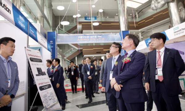 ▲4일 나주에서 열린 빛가람 에너지밸리 ICT & 보안 콘퍼런스 참석자들이 행사장을 둘러보고 있다.(출처=한전KDN)