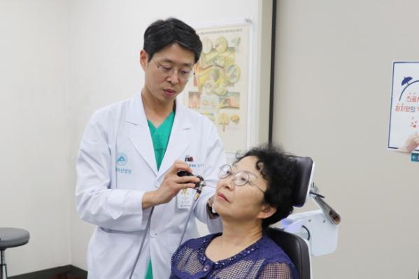 ▲환자를 진료 중인 서울아산병원 이비인후과 강우석 교수(서울아산병원)