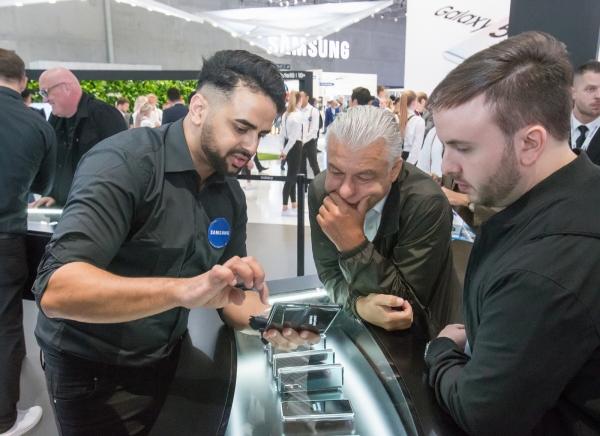 ▲7일(현지시간) 독일 베를린에서 열린 유럽 최대 가전 전시회 'IFA 2019'에서 삼성전자 전시장을 방문한 관람객들이 '갤럭시 폴드 5G'를 체험하고 있다. (사진제공=삼성전자)