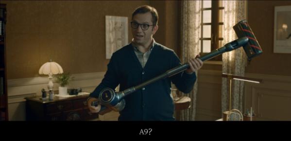 ▲광고 속 왓슨 박사가 셜록 홈즈가 준비한 LG 코드제로 A9을 받아들고 청소할 준비를 하고 있다.(사진=LG전자)