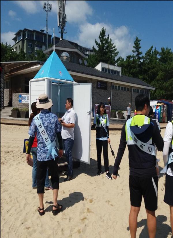 ▲여성가족부와 관할경찰서가 지난 8월 9일 해수욕장 공용 탈의실에서 단속을 실시하고 있다.(사진제공=여성가족부)