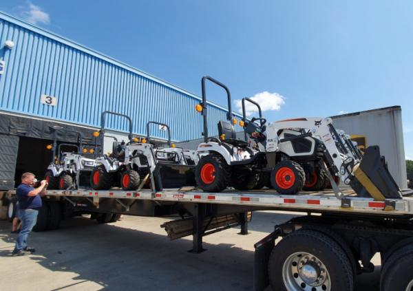 ▲두산밥캣이 북미시장에 출시한 콤팩트 트랙터(Compact Tractor) 초도 물량이 딜러에게 인도되고 있다.(사진제공=두산밥캣)