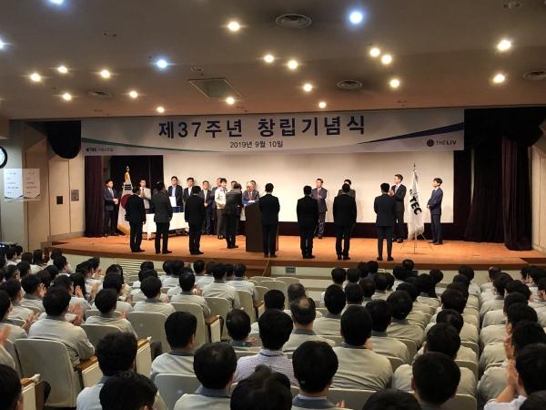 ▲이테크건설은 10일 창립 37주년을 맞아 서울 서초동 본사에서 창립기념식을 열고 우수 직원에 대한 시상식도 진행했다.(사진 제공=이테크건설)