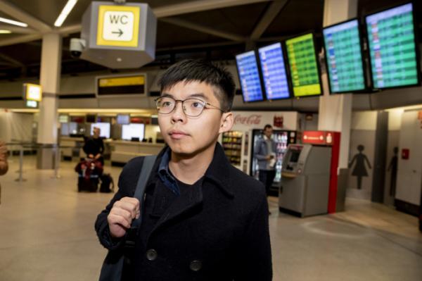 """▲홍콩 민주화 운동가 조슈아 웡이 9일(현지시간) 독일 베를린 테겔 공항에 도착하고 있다. 웡은 공항에서 기다리고 있던 기자들에게 """"자유 선거를 향한 투쟁은 계속될 것""""이라고 말했다. 웡은 독일에 머물며 의회에서 연설하고, 정부와 정당 관계자 면담 등의 일정을 진행할 것으로 전해졌다.(베를린=AP/뉴시스)"""