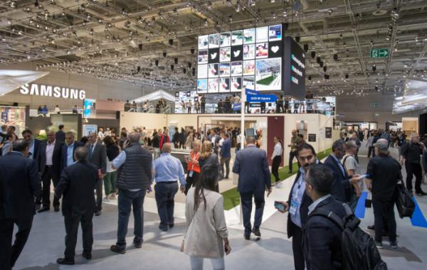 ▲관람객들이 6~11일(현지시간) 독일 베를린에서 열리는 가전전시회 'IFA 2019' 내 삼성전자 전시장을 살펴보고있다. (사진제공=삼성전자)