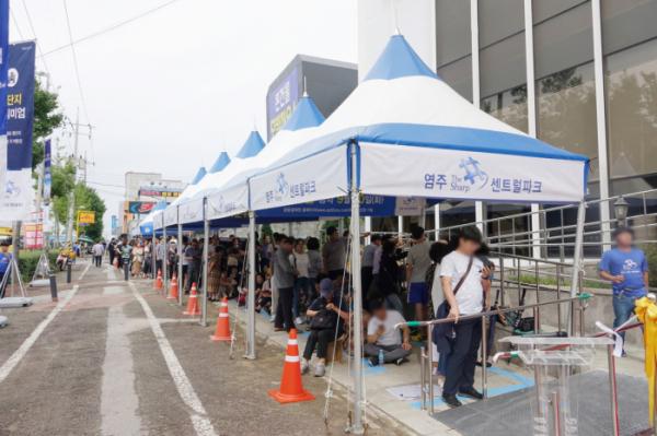 ▲'염주 더샵 센트럴파크' 견본주택 외부 대기 인파 모습.(사진=포스코건설)
