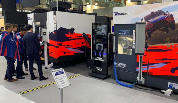 ▲독일 하노버에서 세계 최대 공작기계 전시회 'EMO 하노버 2019'가 열렸다. 관람객이 현대위아 부스에서 유럽 전략형 공작기계 XF6300을 둘러보고 있다. (사진제공=현대위아)