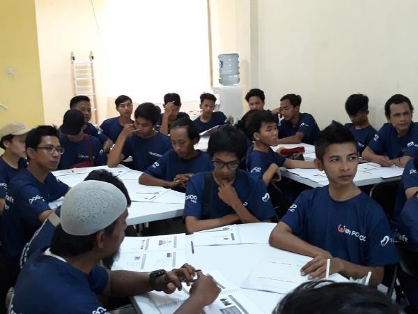 ▲포스코건설이 지난 16일 개설한 인도네시아 자카르타 '건설기능인력 양성교육센터'에서 참가자들이 교육을 받고 있다.