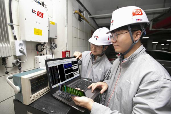 ▲T 네트워크부문 직원들이 서울 서초구의 한 건물 내 지하 주차장에서 '5G 스마트 빔 패턴 동기화 기술'이 적용된 5G RF 중계기의 품질을 점검하고 있다.(사진제공= KT)