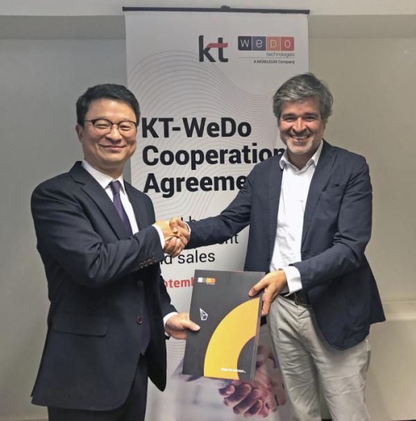 ▲KT 글로벌사업개발본부장 김영우 상무(왼쪽)와 WEDO CEO 루이 패이바(오른쪽)가 계약을 체결하고 악수를 하고 있다.(사진제공= KT)