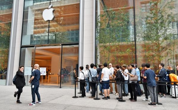 ▲애플의 신형 아이폰 11이 출시된 20일 일본 도쿄 마루노우치 스토어에 아침 일찍부터 고객들이 몰려 영업이 시작되기를 기다리고 있다. 도쿄/UPI연합뉴스