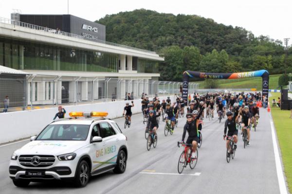 ▲메르세데스-벤츠 코리아가 21일 경기도 용인시 'AMG 스피드웨이'에서 제2회 메르세데스-벤츠 '기브앤 바이크(GIVE 'N BIKE)' 기부 자전거 대회를 열었다. (사진제공=메르세데스-벤츠 코리아)