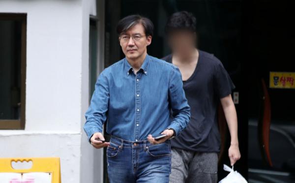 ▲조국 법무부 장관이 22일 오후 서울 서초구 방배동 자택에서 아들과 함께 나오고 있다. (연합뉴스)