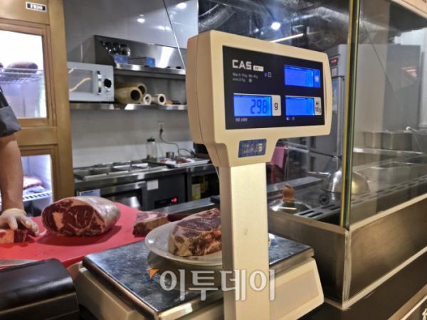 ▲스떼이끄300은 주방장이 고기를 썰어 저울에 올려주고 손님이 볼 수 있게 한다. 정량을 판매한다는 것을 확인시켜주기 위해서다. (홍인석 기자 mystic@)
