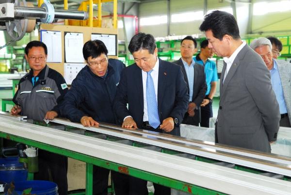 ▲임영문(왼쪽 세번째) SK건설 경영지원담당 사장이 지난 24일 대신시스템 공장을 둘러보며 관계자의 설명을 듣고 있다.