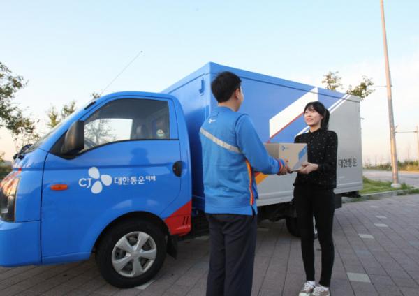 ▲CJ대한통운 택배기사가 고객에게 상품을 전달하고 있다.(사진제공=CJ대한통운)
